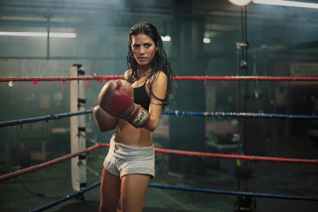žena v ringu boxuje