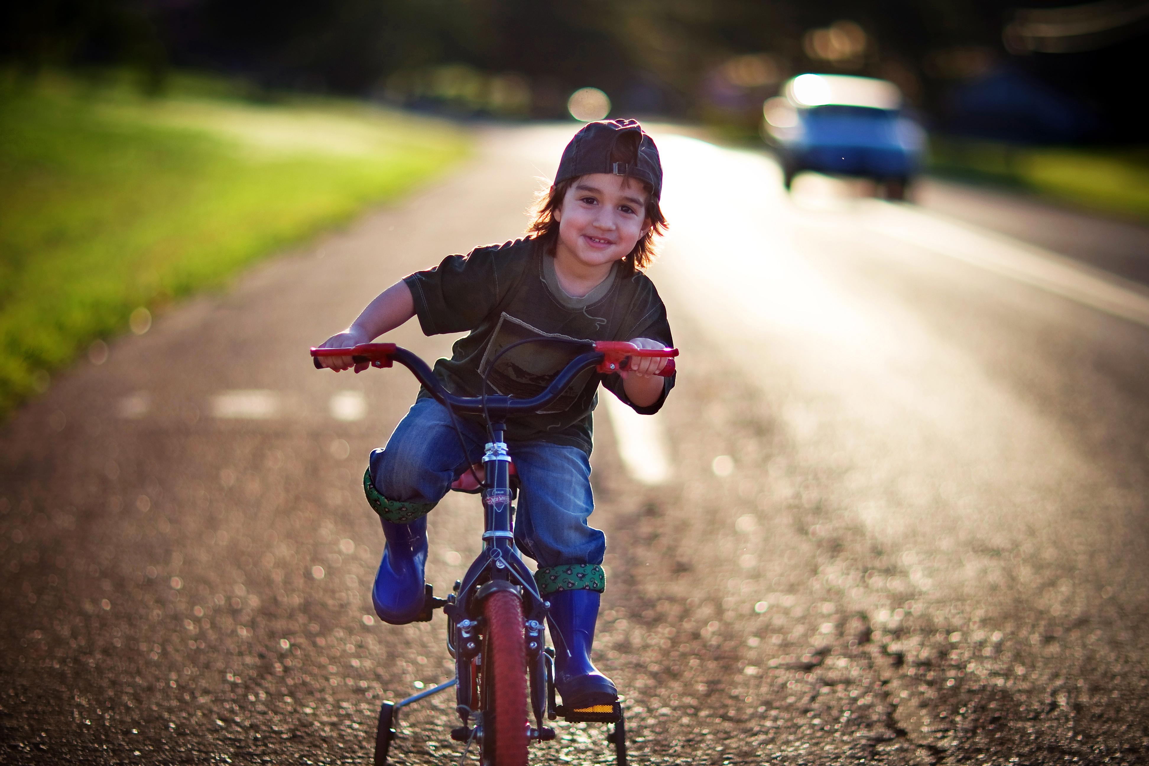 Šťastný chlapec na bicykli