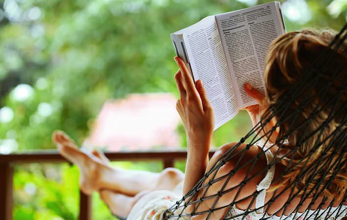 Žena čítajúca knihu