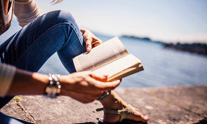 Žena čítajúca knihu v krásnom prostredí