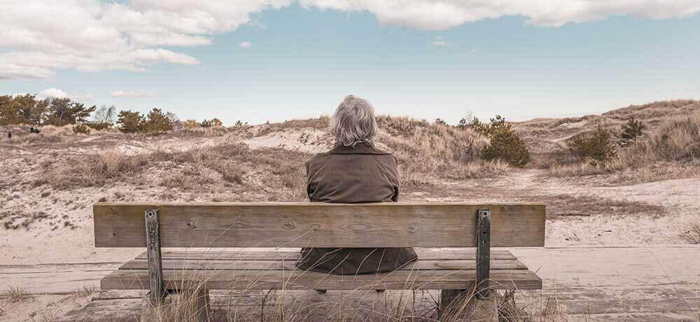 Starí muž sediaci na lavičke
