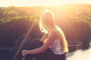 Žena si vychutnáva nádherný západ slnka