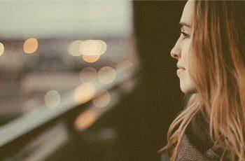 Usmievajúca sa žena rozmýšľa nad životom