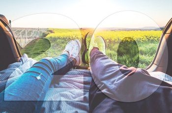 Ľudia užívajúci si život, relaxujúci a oddychujúci pri západe slnka