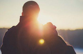 Zaľúbený párik pri západe slnka v zime