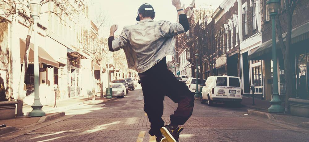 Šťastný mladý muž skáče od radosti