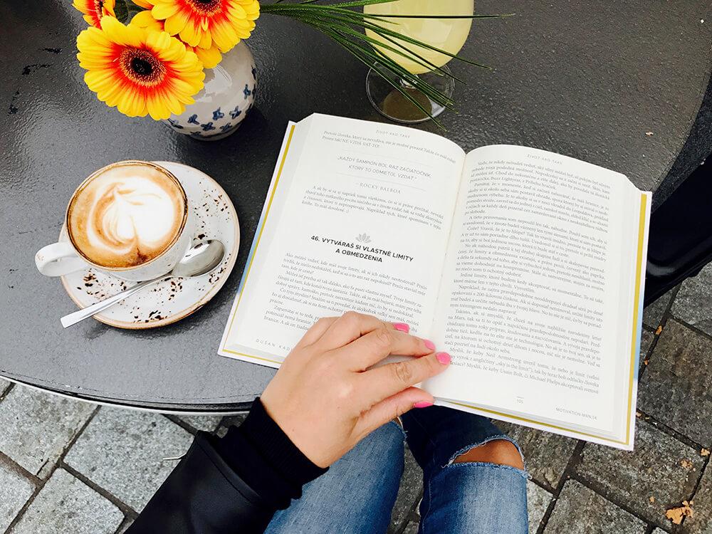 Otvorená kniha 100 Spôsobov, Ktorými Si Zbytočne Komplikujeme Život (a ako s tým prestať!) od Dušana Kadleca - Motivation-Man.sk
